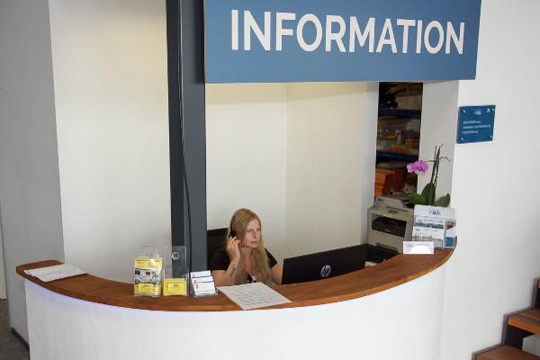 Service an der Information im Vertriebszentrum